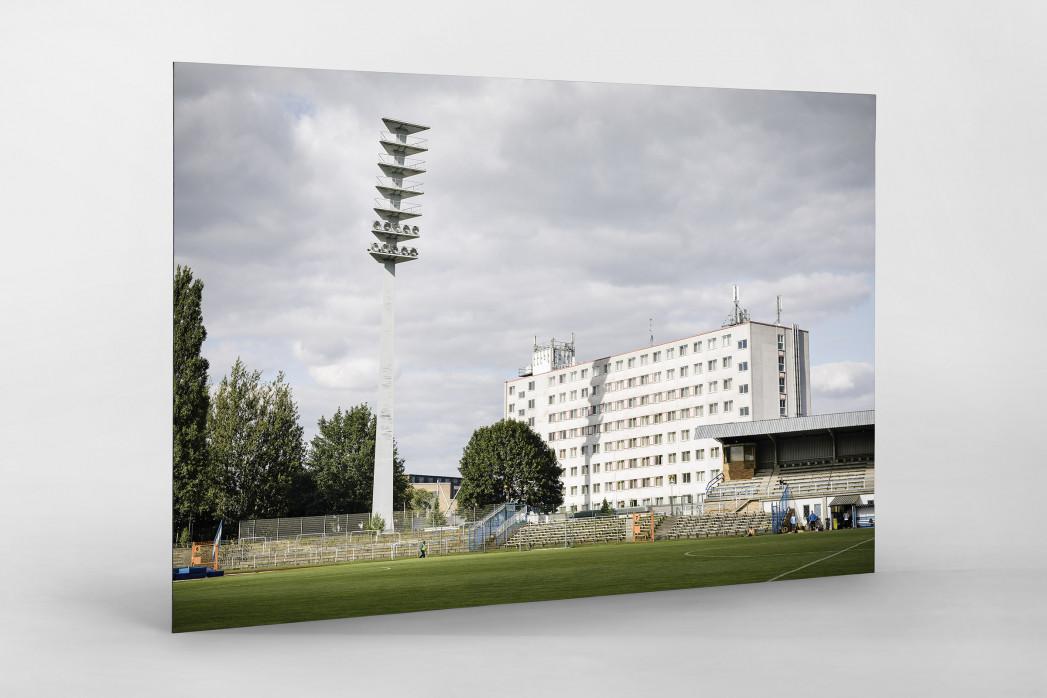 Flutlichtmast und Wohnblock Stahl Brandenburg als auf Alu-Dibond kaschierter Fotoabzug