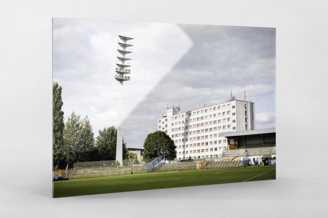 Flutlichtmast und Wohnblock Stahl Brandenburg als Direktdruck auf Alu-Dibond hinter Acrylglas