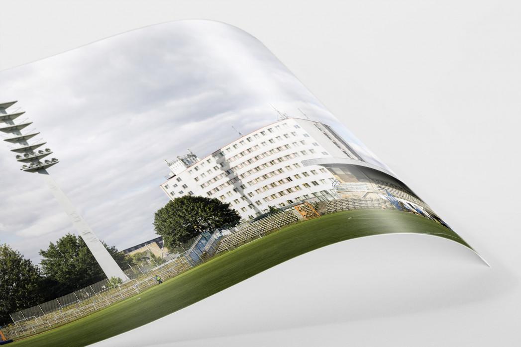 Flutlichtmast und Wohnblock Stahl Brandenburg als FineArt-Print