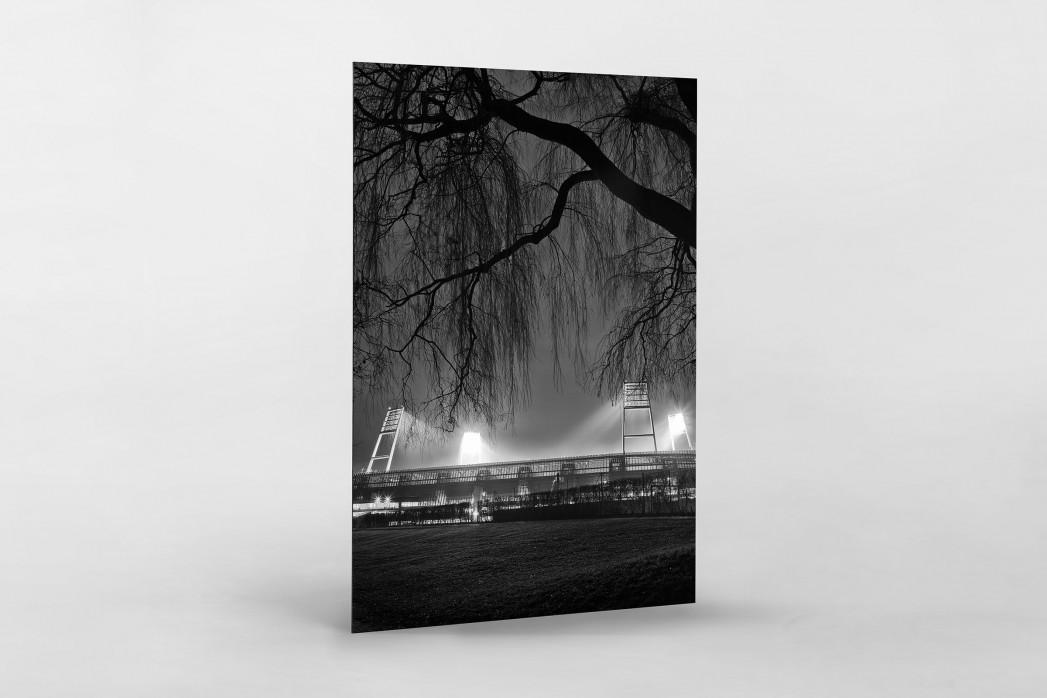 Weserstadion bei Flutlicht (Schwarzweiß-Hochformat) als auf Alu-Dibond kaschierter Fotoabzug