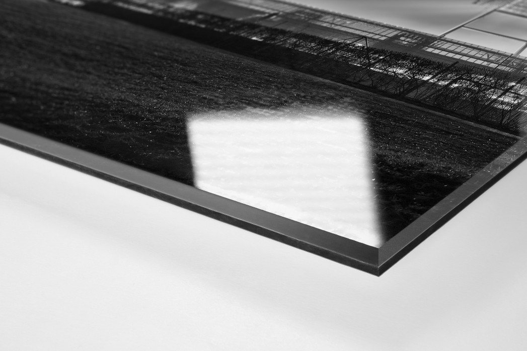 Weserstadion bei Flutlicht (Schwarzweiß-Hochformat) als Direktdruck auf Alu-Dibond hinter Acrylglas (Detail)