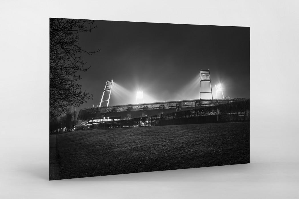 Weserstadion bei Flutlicht (Schwarzweiß-Querformat-2) als auf Alu-Dibond kaschierter Fotoabzug