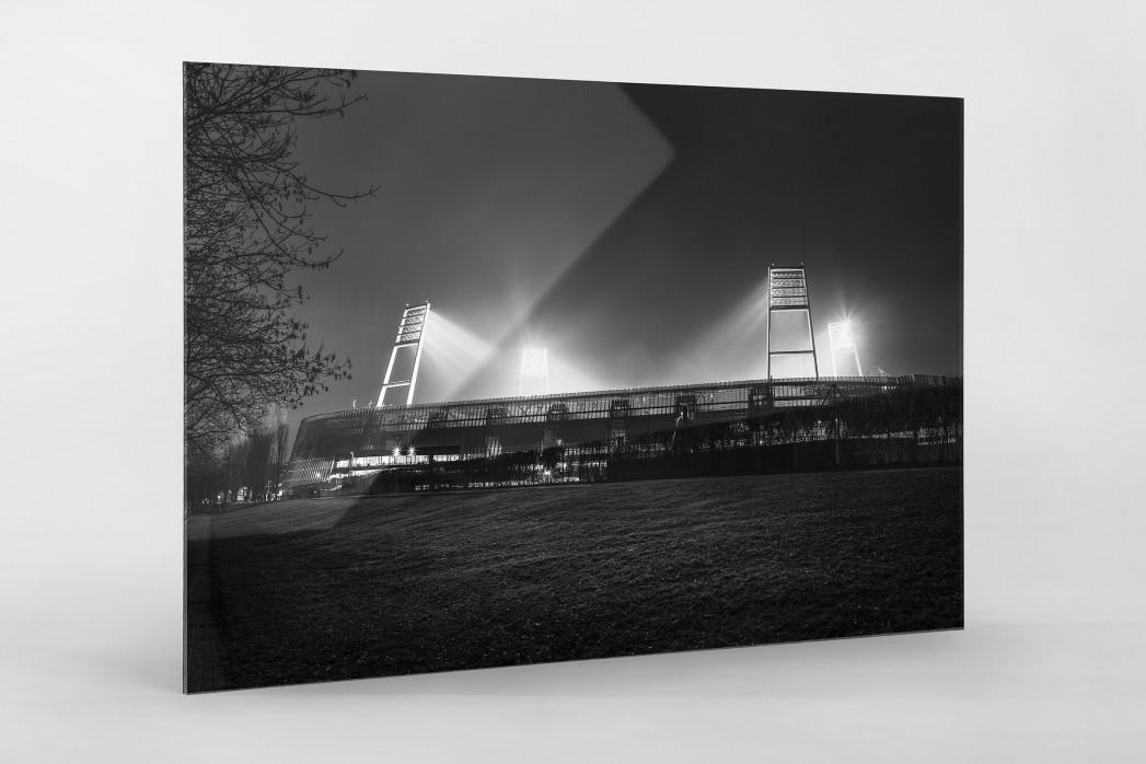 Weserstadion bei Flutlicht (Schwarzweiß-Querformat-2) als Direktdruck auf Alu-Dibond hinter Acrylglas