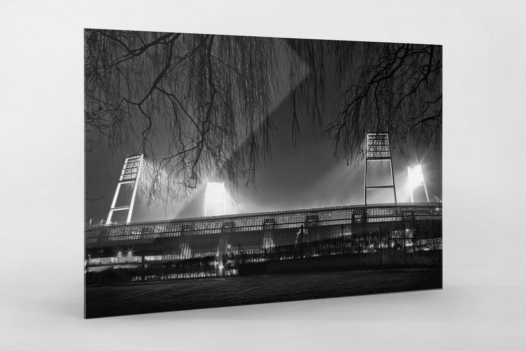 Weserstadion bei Flutlicht (Schwarzweiß-Querformat-3) als Direktdruck auf Alu-Dibond hinter Acrylglas