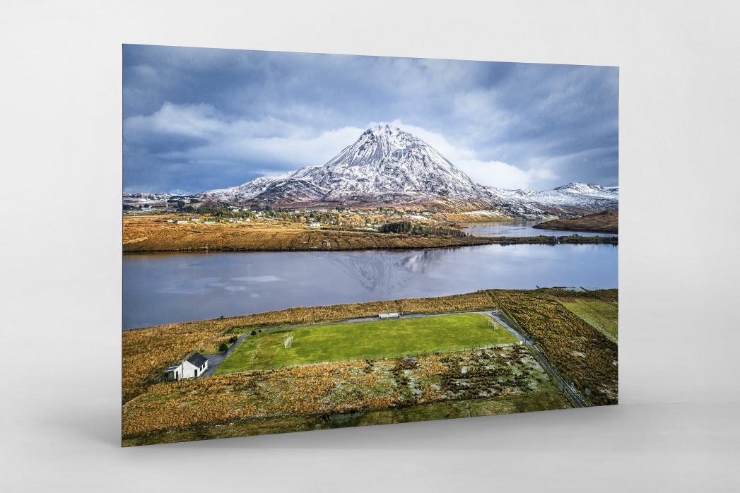 Fußballplatz im Glenveagh Nationalpark als auf Alu-Dibond kaschierter Fotoabzug