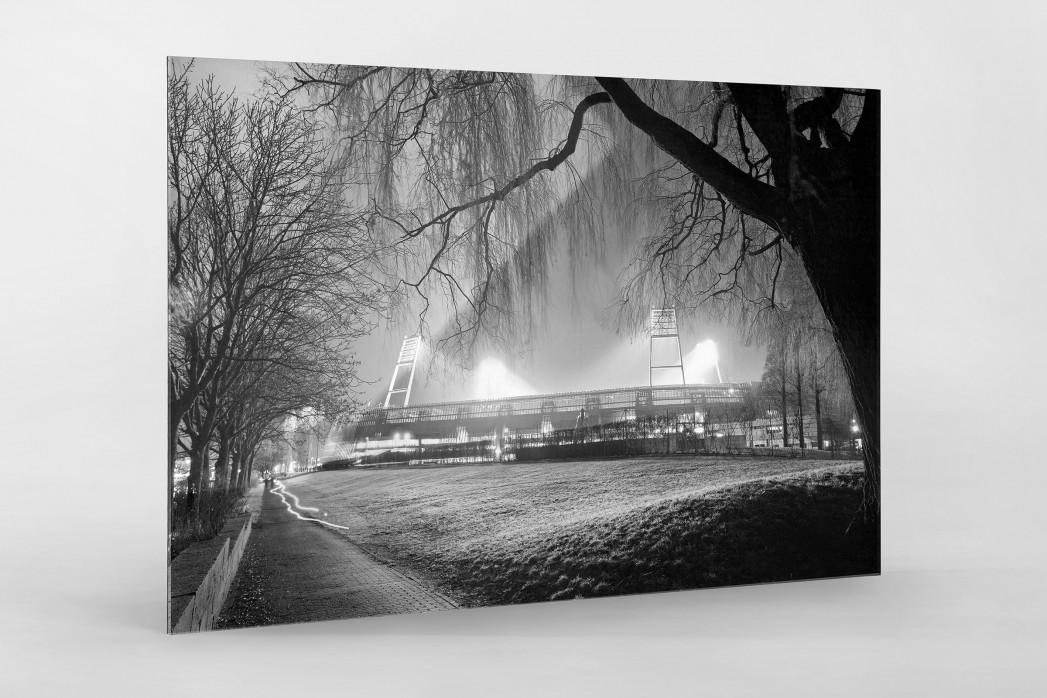 Weserstadion bei Flutlicht (Schwarzweiß-Querformat-1) als Direktdruck auf Alu-Dibond hinter Acrylglas