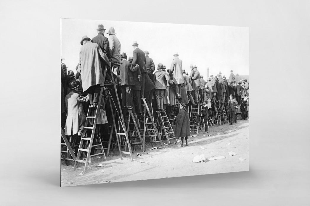 Fans auf der Leiter (1) als auf Alu-Dibond kaschierter Fotoabzug