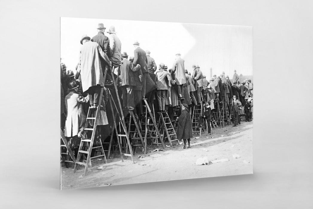 Fans auf der Leiter (1) als Direktdruck auf Alu-Dibond hinter Acrylglas