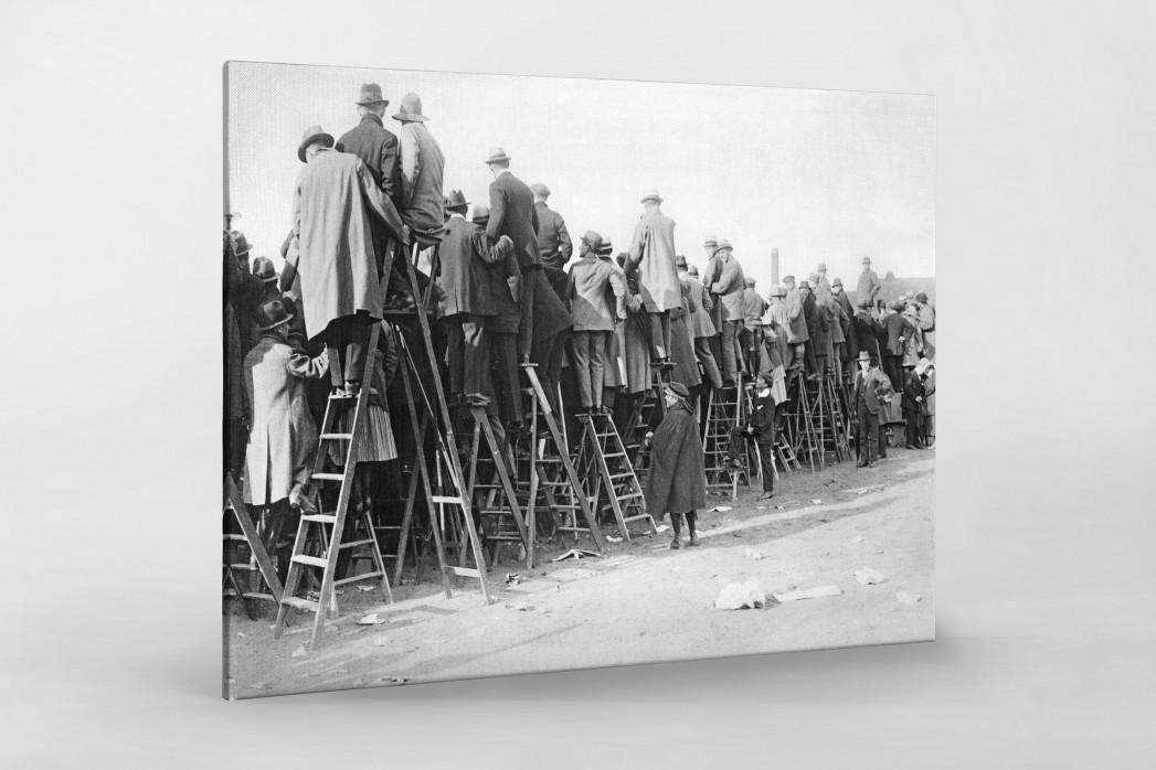 Fans auf der Leiter (1) als Leinwand auf Keilrahmen gezogen