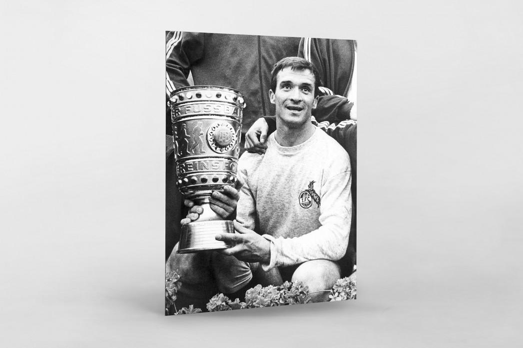 Šoškić und der Pokal als auf Alu-Dibond kaschierter Fotoabzug