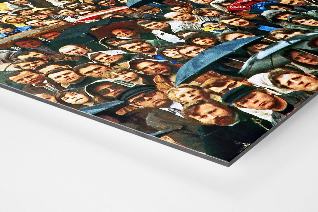 Zuschauer und Regenschirme als auf Alu-Dibond kaschierter Fotoabzug (Detail)