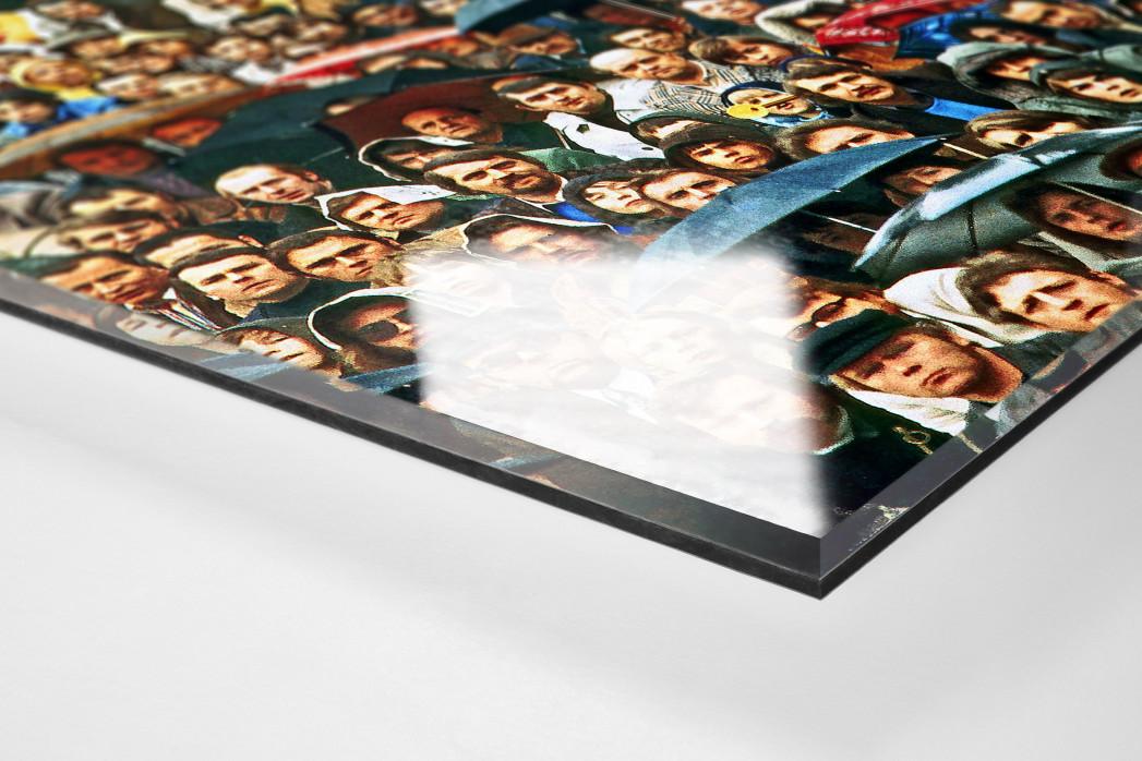 Zuschauer und Regenschirme als Direktdruck auf Alu-Dibond hinter Acrylglas (Detail)