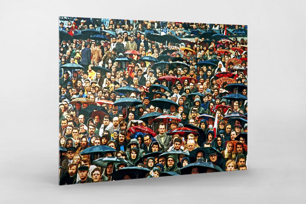 Zuschauer und Regenschirme als Direktdruck auf Alu-Dibond hinter Acrylglas