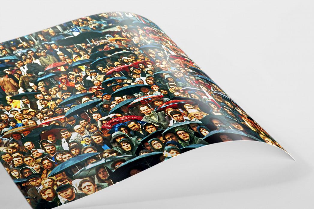 Zuschauer und Regenschirme als FineArt-Print