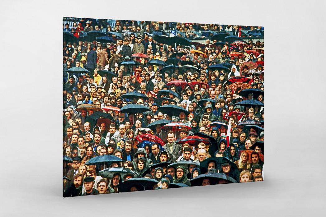 Zuschauer und Regenschirme als Leinwand auf Keilrahmen gezogen