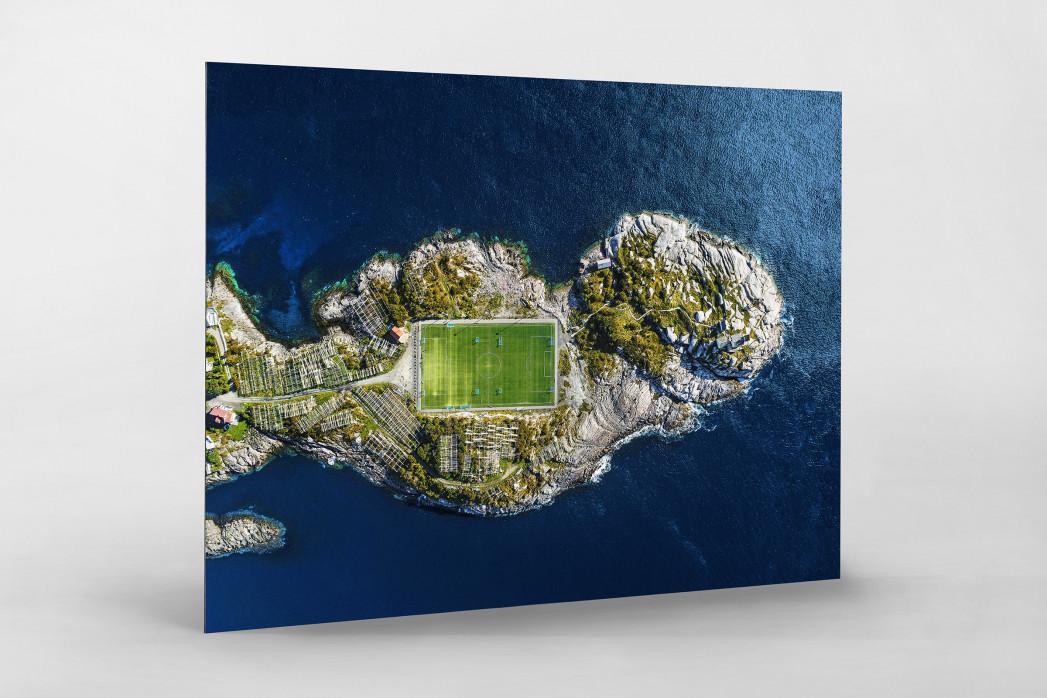 Fußballplatz auf den Lofoten als auf Alu-Dibond kaschierter Fotoabzug