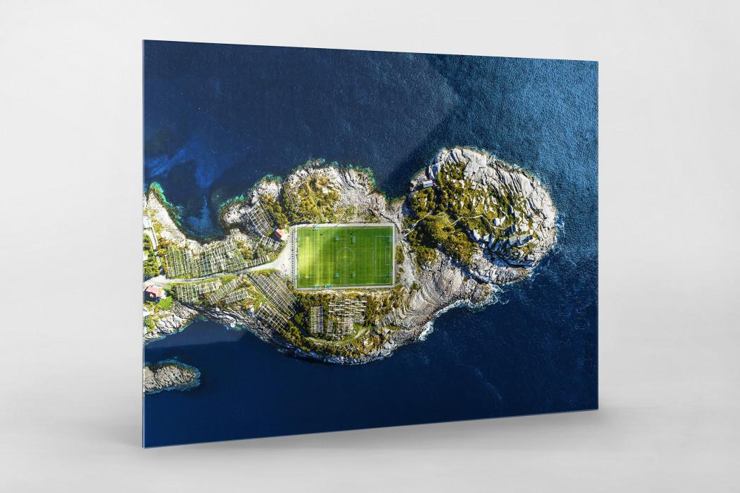Fußballplatz auf den Lofoten als Direktdruck auf Alu-Dibond hinter Acrylglas