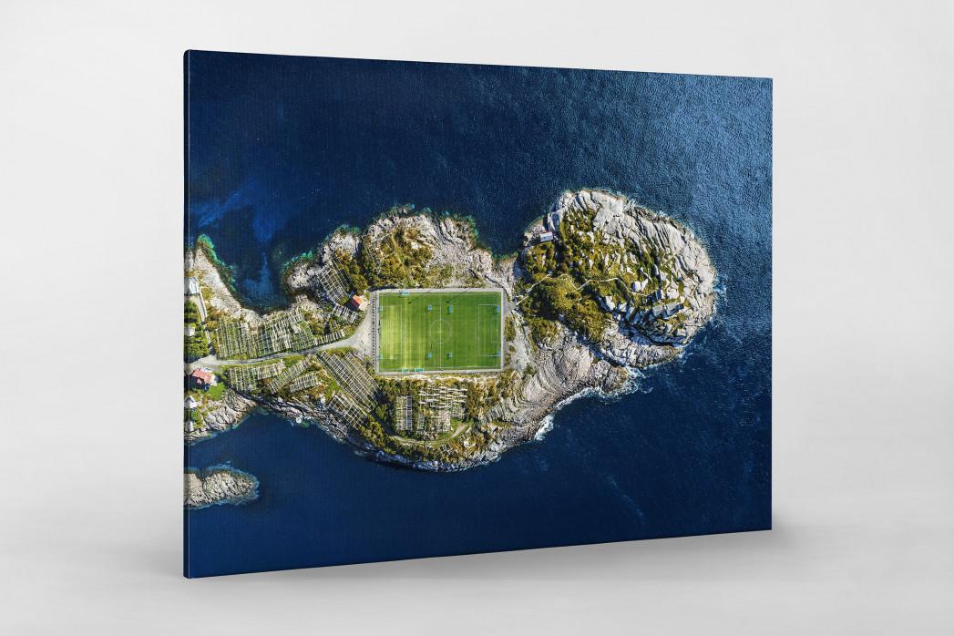 Fußballplatz auf den Lofoten als Leinwand auf Keilrahmen gezogen
