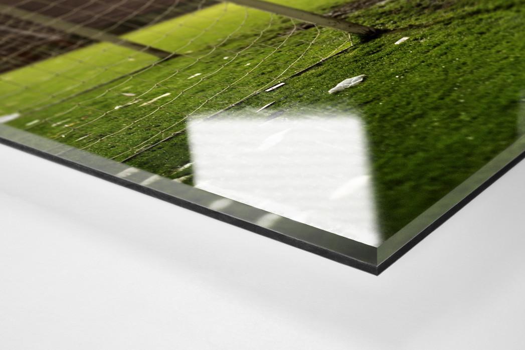 Verlassener Platz als Direktdruck auf Alu-Dibond hinter Acrylglas (Detail)