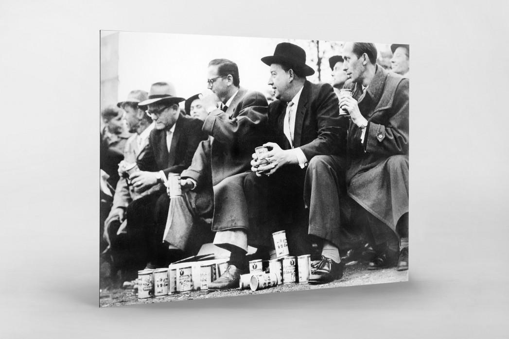 Zuschauer mit Dosenbier als auf Alu-Dibond kaschierter Fotoabzug