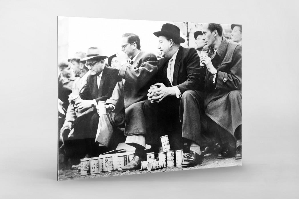 Zuschauer mit Dosenbier als Direktdruck auf Alu-Dibond hinter Acrylglas