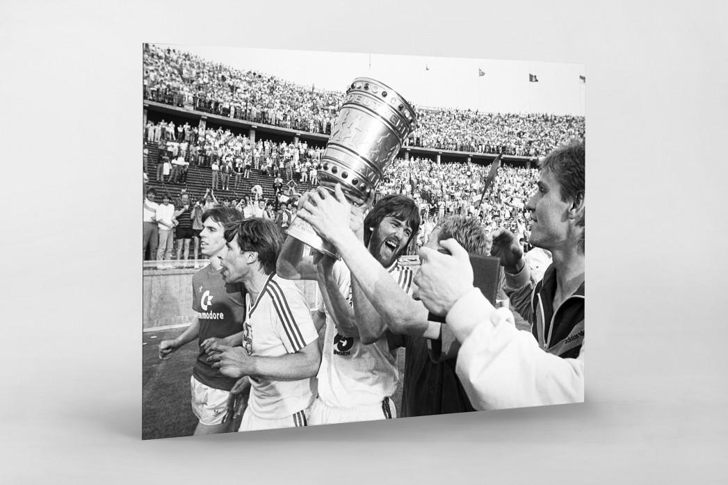 Friedhelm und der Pokal als auf Alu-Dibond kaschierter Fotoabzug