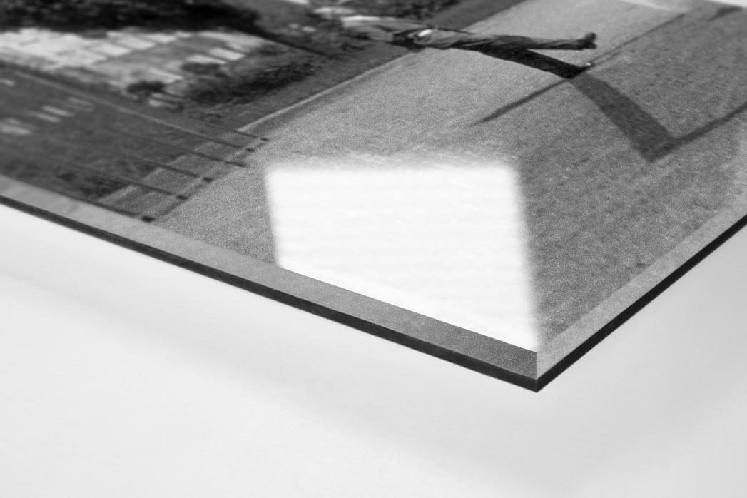 Auf dem Hinterhof als Direktdruck auf Alu-Dibond hinter Acrylglas (Detail)