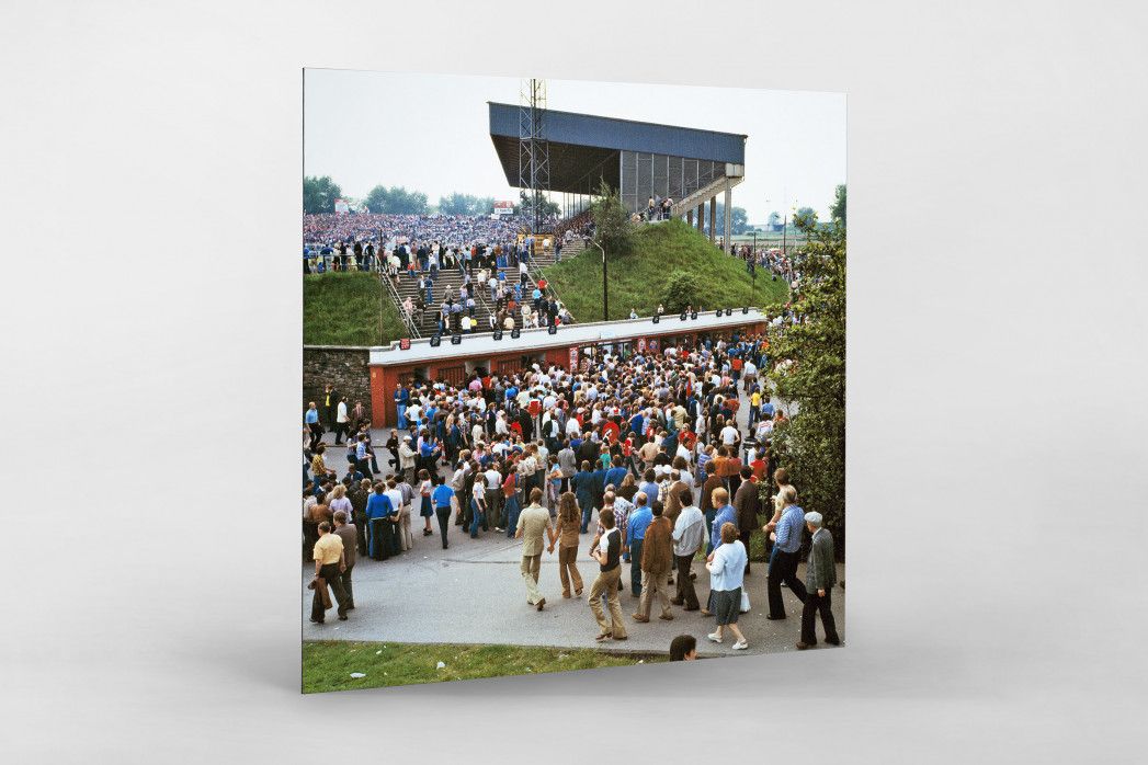 Vor dem Georg Melches Stadion 1978 als auf Alu-Dibond kaschierter Fotoabzug
