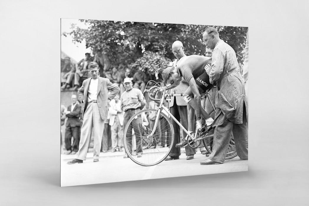 Festschnallen bei der Tour 1949 als auf Alu-Dibond kaschierter Fotoabzug