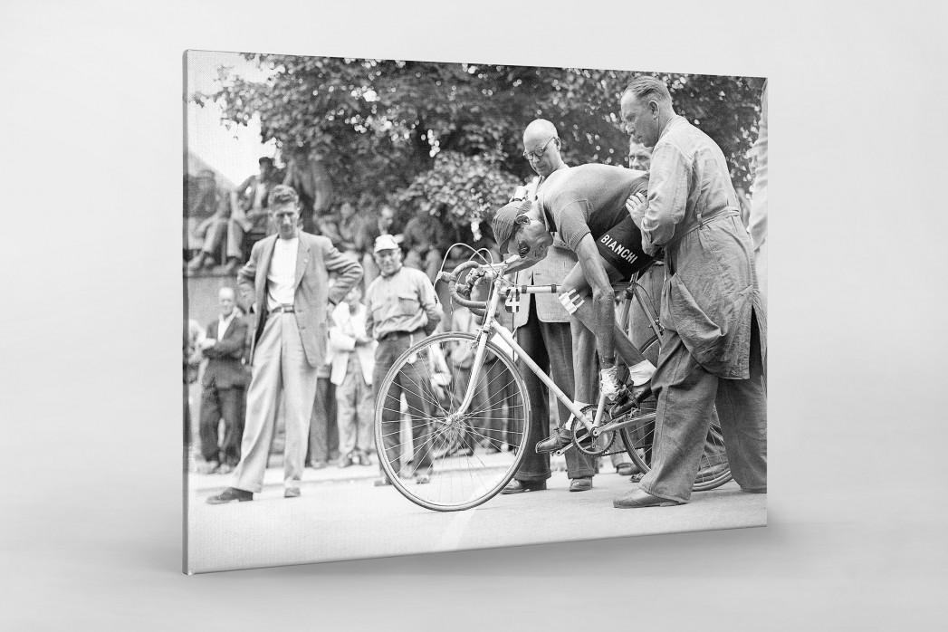 Festschnallen bei der Tour 1949 als Leinwand auf Keilrahmen gezogen