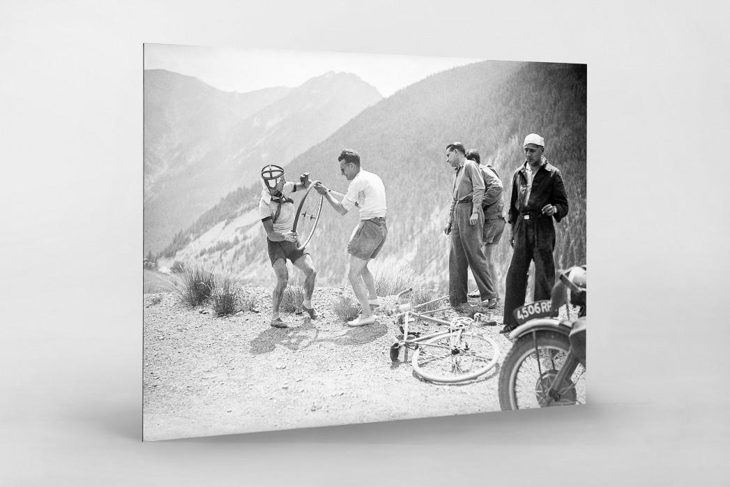 Reifenpanne bei der Tour 1947 als auf Alu-Dibond kaschierter Fotoabzug