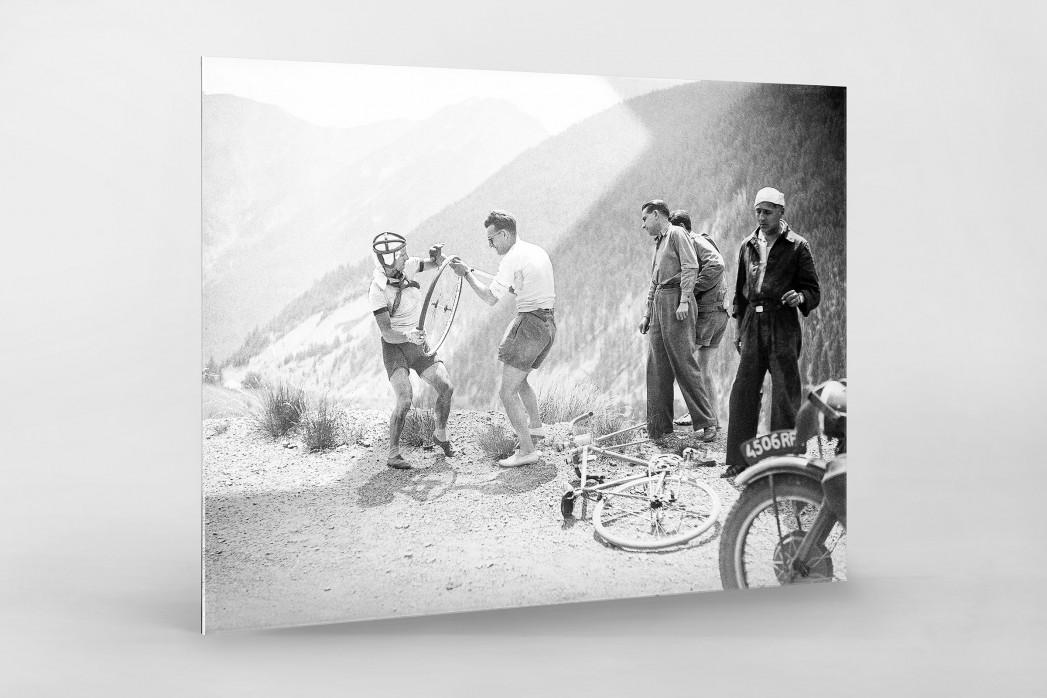 Reifenpanne bei der Tour 1947 als Direktdruck auf Alu-Dibond hinter Acrylglas