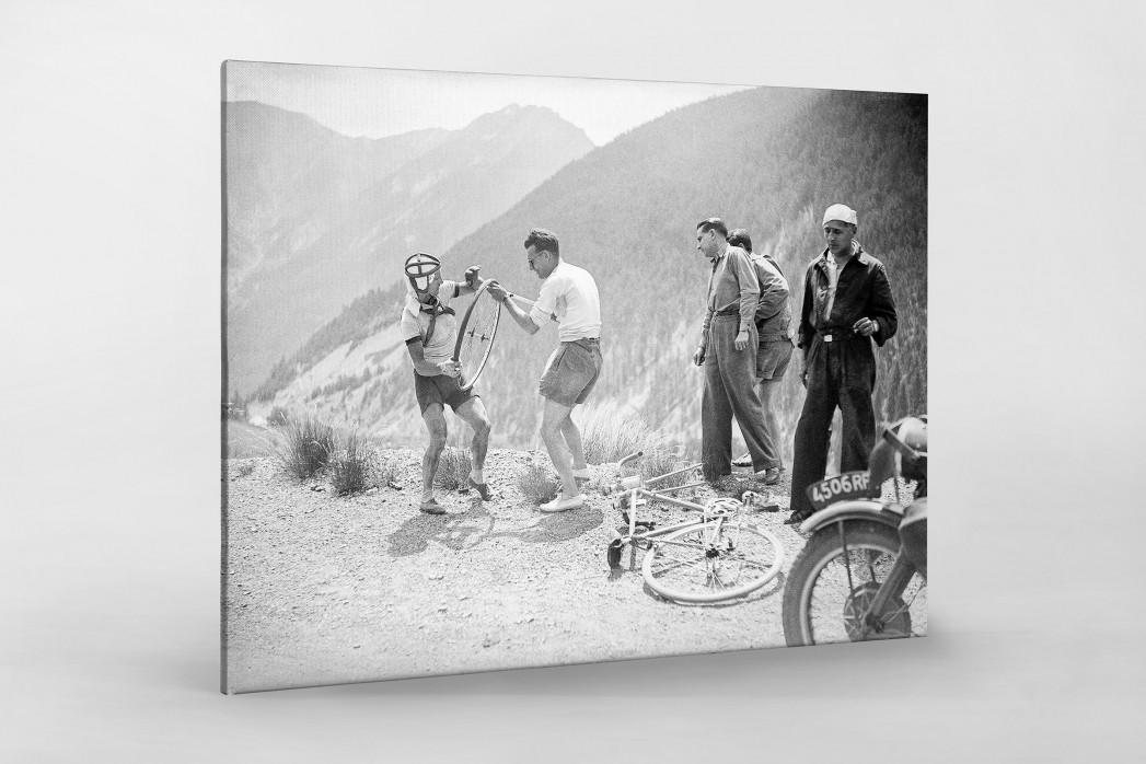 Reifenpanne bei der Tour 1947 als Leinwand auf Keilrahmen gezogen