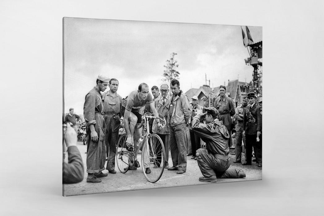 Vor der 7. Etappe bei der Tour 1951 als Leinwand auf Keilrahmen gezogen