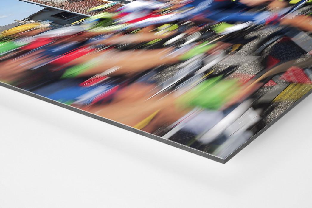 Vorbei an der Fleischerei bei der Tour 2015 als auf Alu-Dibond kaschierter Fotoabzug (Detail)
