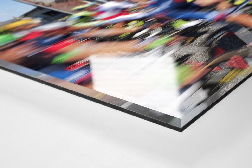Vorbei an der Fleischerei bei der Tour 2015 als Direktdruck auf Alu-Dibond hinter Acrylglas (Detail)