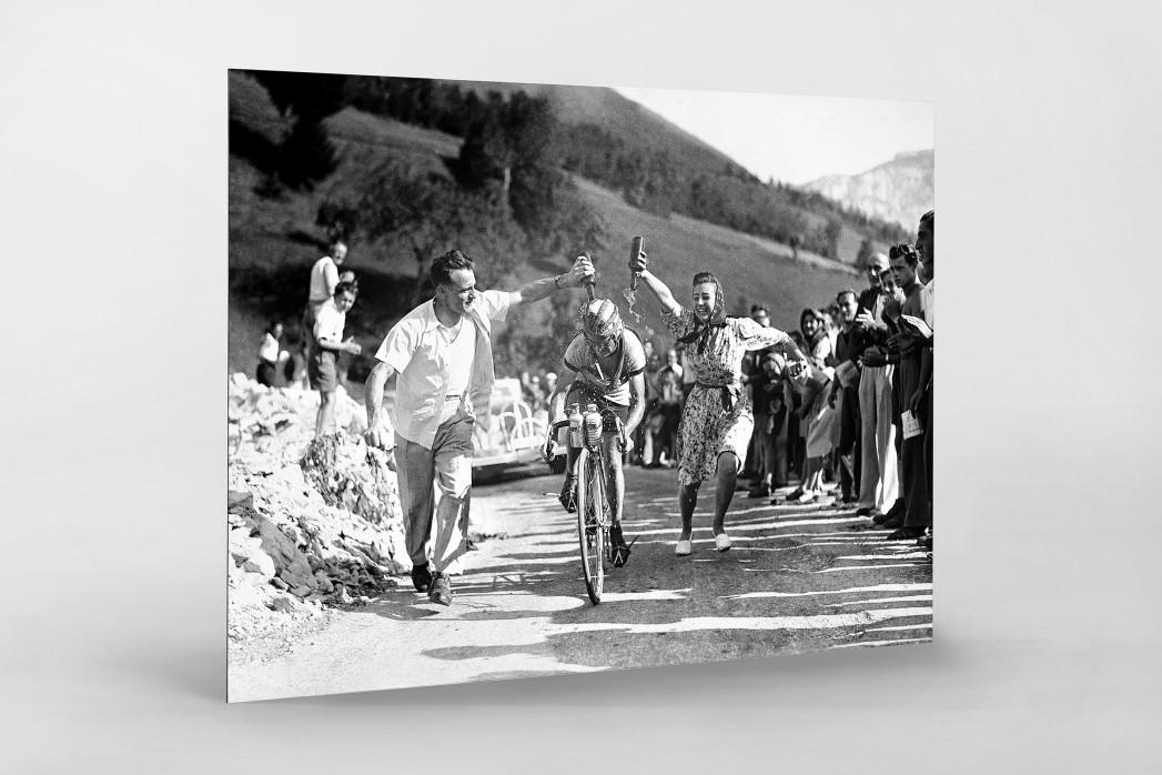 Zuschauer erfrischen bei der Tour 1947 als auf Alu-Dibond kaschierter Fotoabzug
