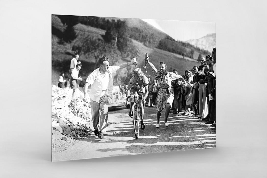 Zuschauer erfrischen bei der Tour 1947 als Direktdruck auf Alu-Dibond hinter Acrylglas