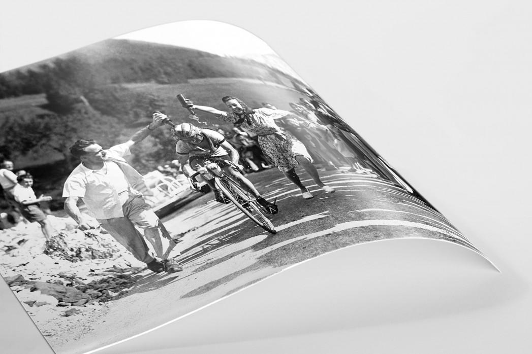 Zuschauer erfrischen bei der Tour 1947 als FineArt-Print