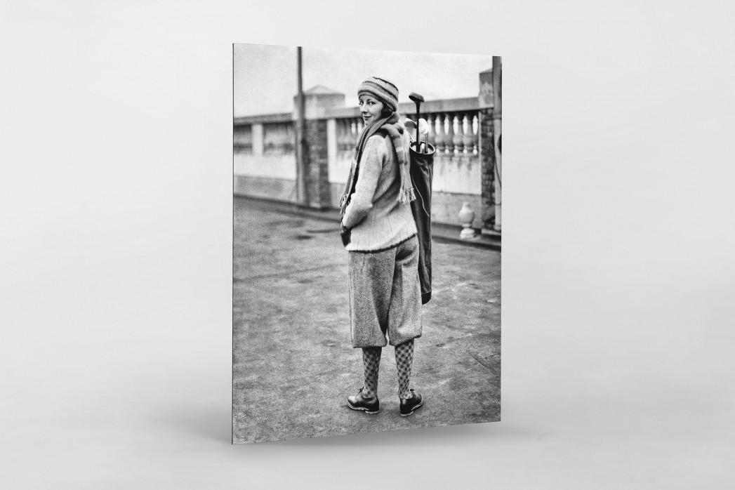 Golferin in Knickerbocker als auf Alu-Dibond kaschierter Fotoabzug