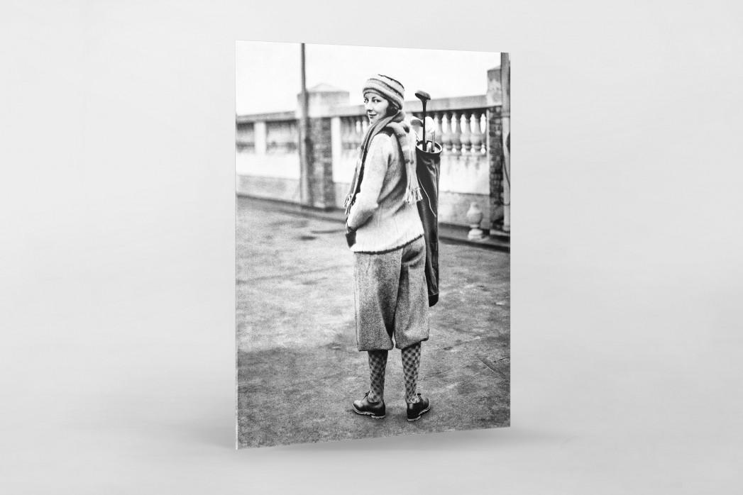 Golferin in Knickerbocker als Direktdruck auf Alu-Dibond hinter Acrylglas