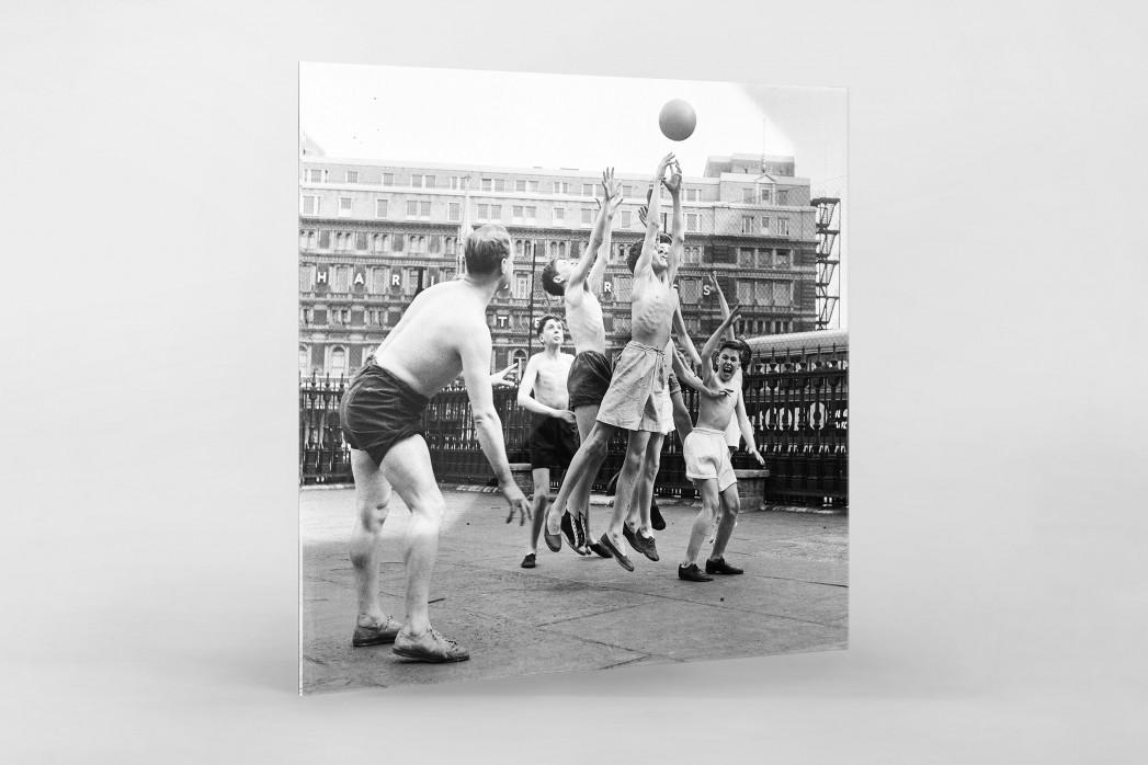 Ballspiel auf dem Schulhof (2) als Direktdruck auf Alu-Dibond hinter Acrylglas