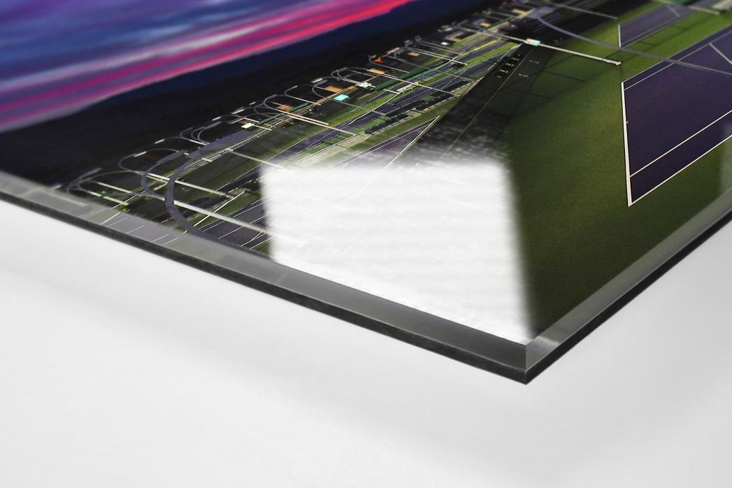Trainingsplätze unter Abendhimmel als Direktdruck auf Alu-Dibond hinter Acrylglas (Detail)