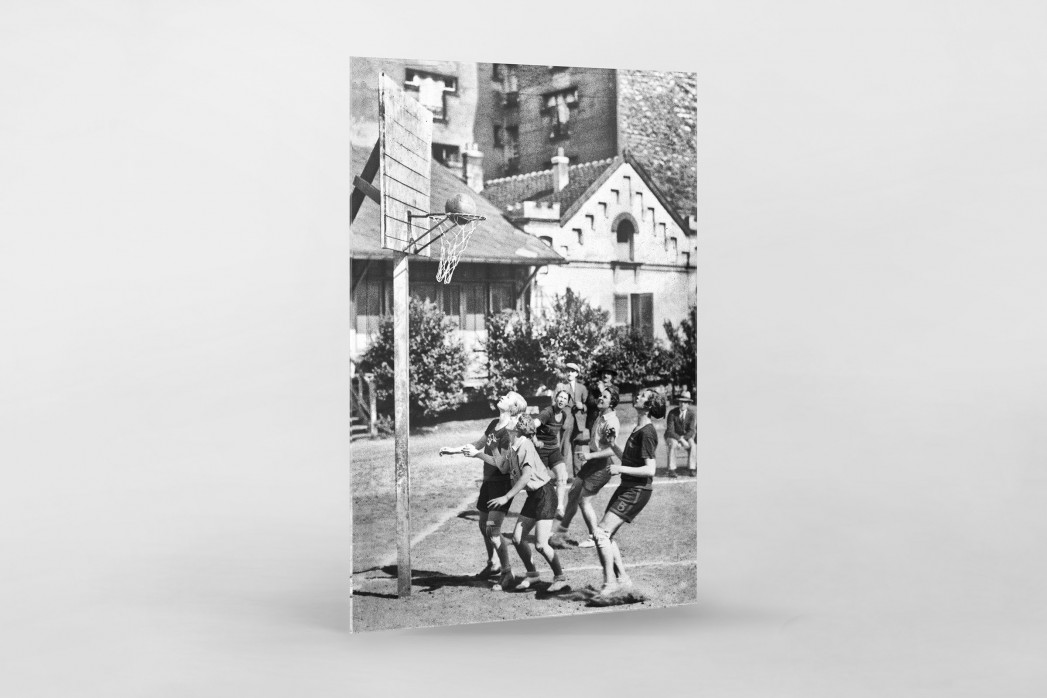 Basketball spielende Mädchen 1929 als Direktdruck auf Alu-Dibond hinter Acrylglas
