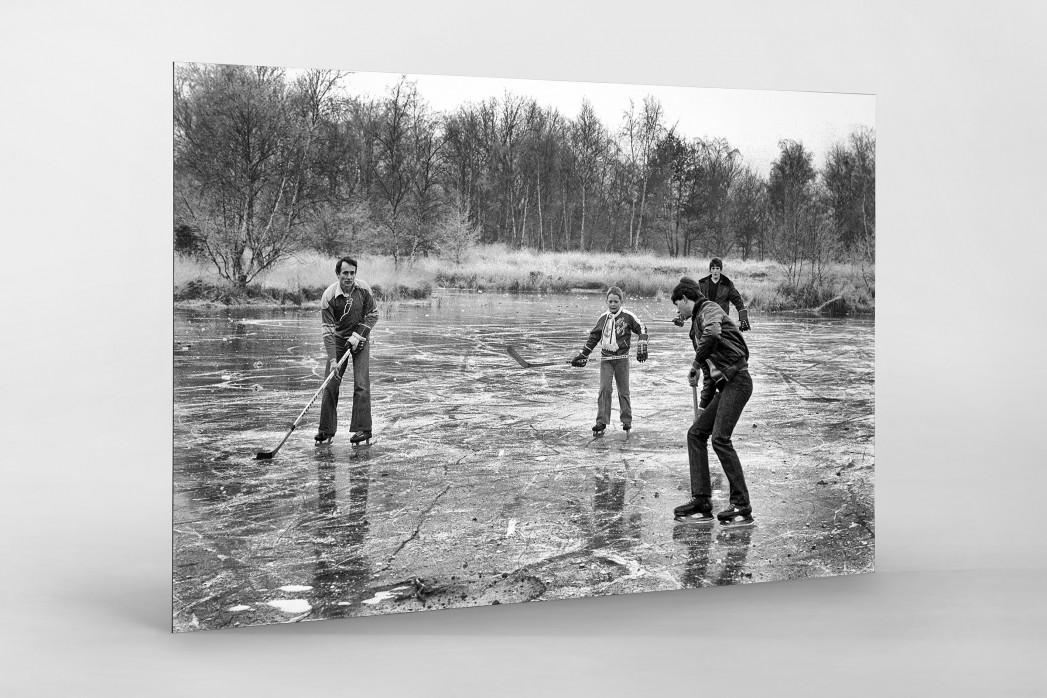 Eishockey draußen auf dem See als auf Alu-Dibond kaschierter Fotoabzug