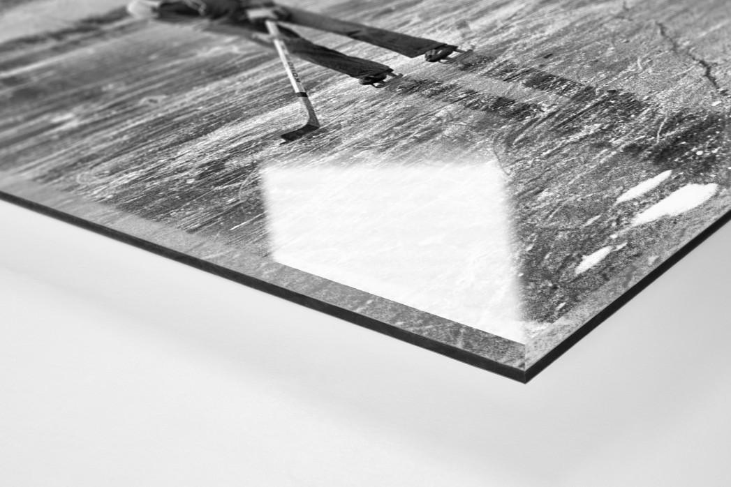 Eishockey draußen auf dem See als Direktdruck auf Alu-Dibond hinter Acrylglas (Detail)
