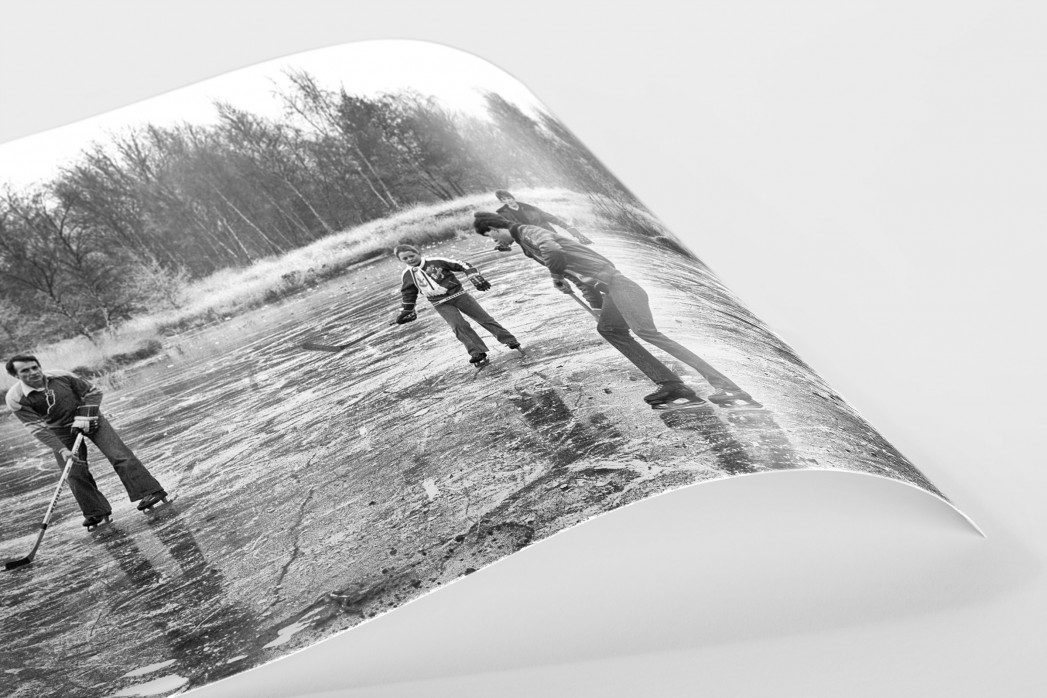Eishockey draußen auf dem See als FineArt-Print