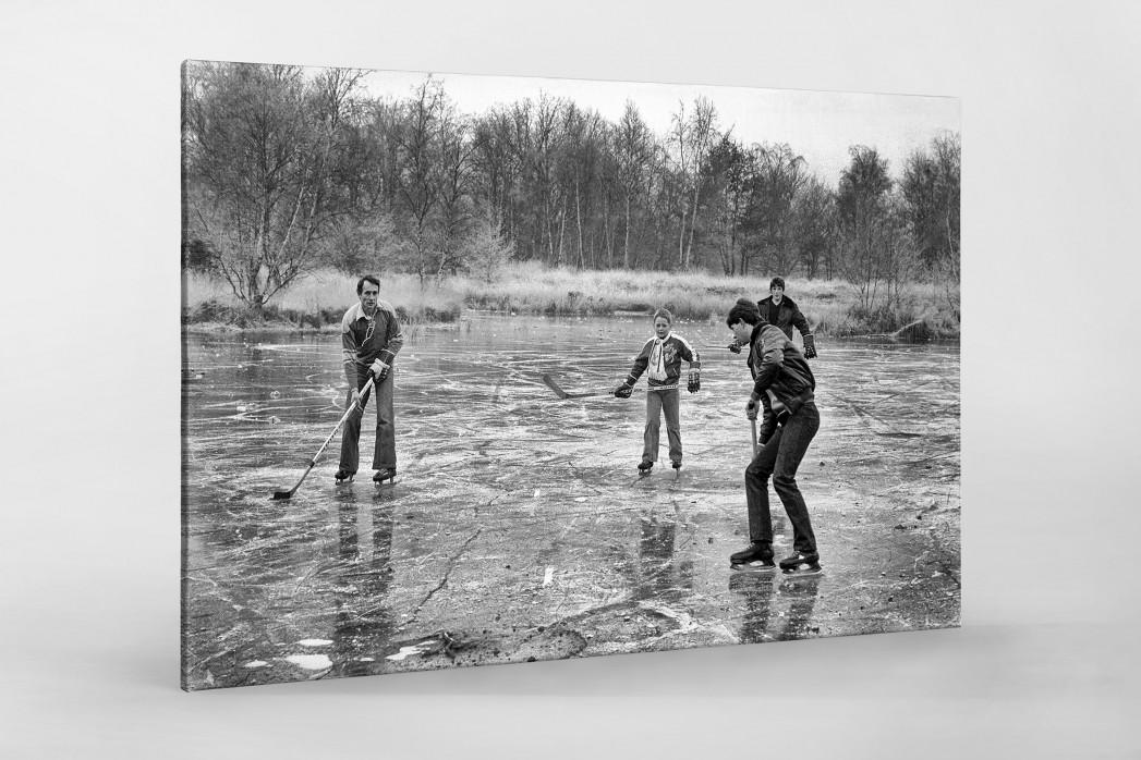 Eishockey draußen auf dem See als Leinwand auf Keilrahmen gezogen