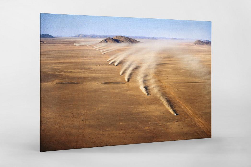 Autos im mauretanischen Sand als Leinwand auf Keilrahmen gezogen