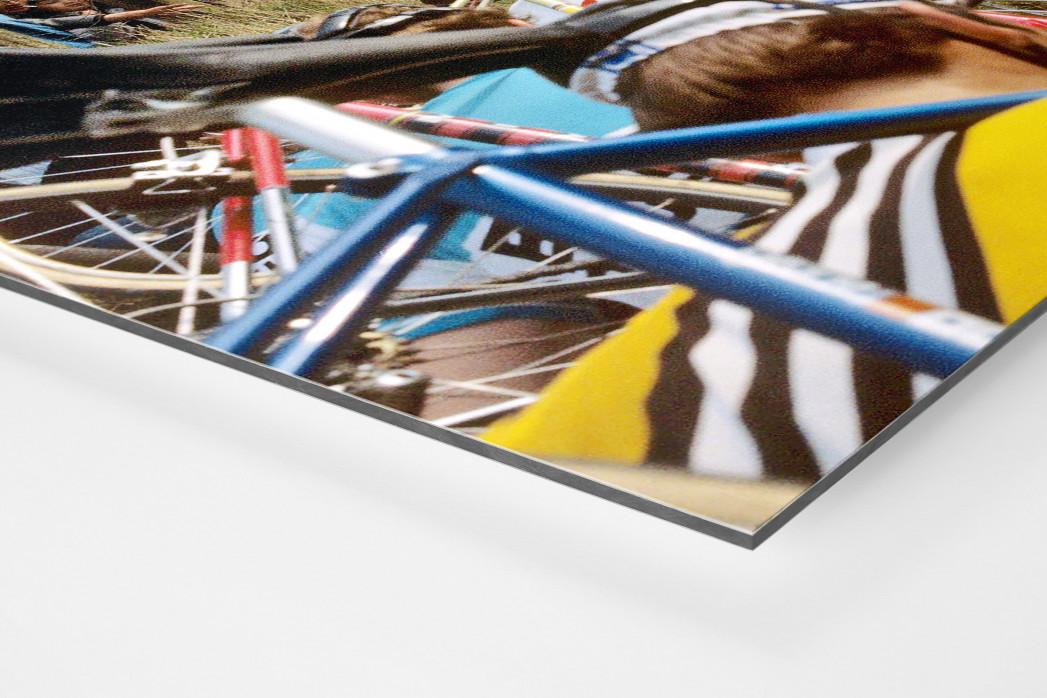 Fahrradtragen bei der Flandern-Rundfahrt als auf Alu-Dibond kaschierter Fotoabzug (Detail)